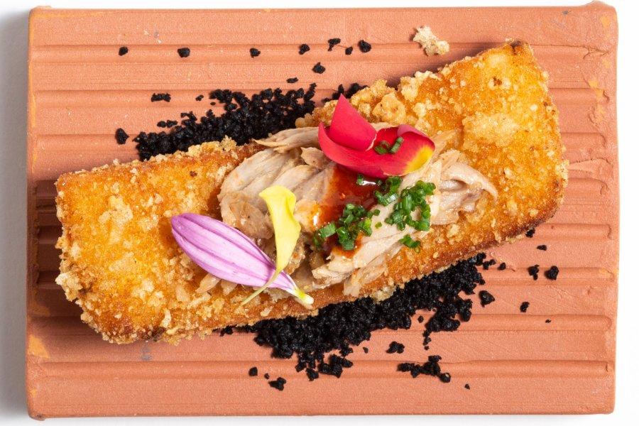 Falso torrezno relleno de costillar ibérico glaseado al punto de kimchi
