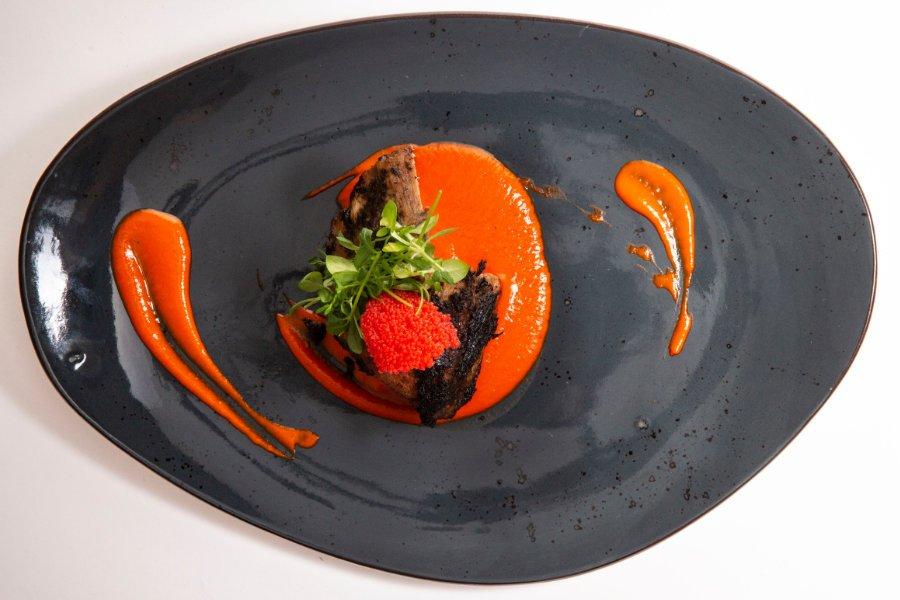 Lomo de Bonito del Norte encostrado en olivas, piquillos en dos texturas y huevas de pez volador